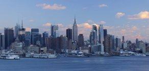Skyline di Manhattan dal New Jersey attraverso il fiume Hudson in crepuscolo sera, Stato di New York, New Jersey, Stati Uniti — Foto stock