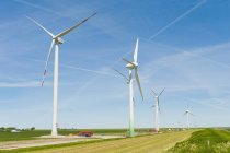 Германии, в земле Шлезвиг-Гольштейн, вид ветровой турбины в областях над травой — стоковое фото
