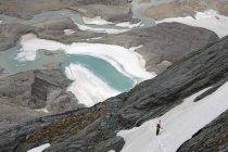 Austria, Carinzia, escursionista arrampicata in montagna — Foto stock