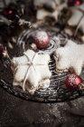 Biscotti alla cannella a forma di stella spruzzati con palline di Natale rosse sul supporto per dolci — Foto stock
