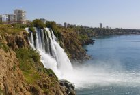 Турция, Анталья, водопад Лоуэр-Дюден и вид на город на побережье — стоковое фото