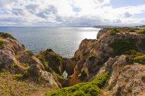 Вид на скалистый берег — стоковое фото