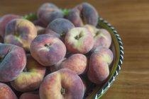 Pesche fresche in ciotola — Foto stock