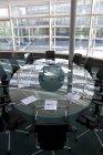 Interior de la moderna sala de conferencias vacía - foto de stock