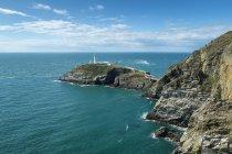 Malerischer Blick auf die Steilküste von South Stack mit Leuchtturm, heilige Insel, Anglesey, Wales, Großbritannien — Stockfoto