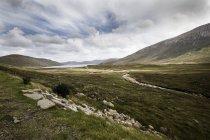 Escocia, paisaje, vista de montaña con pasto verde durante el día - foto de stock