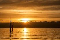 Alemanha, vista do farol, no lago de Constança, ao pôr do sol dourado — Fotografia de Stock