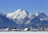 Schwangau village, Tannheimer Berge mountains, Ostallgu region, Allgu, Swabia, Bavaria, Germany — стоковое фото