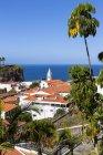 Португалія, вид на будинки в Камара-де-Лобос — стокове фото