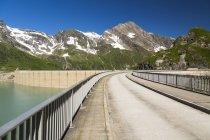 Австрия, бирюзовое озеро Мусербоден и пик Китцштайнхорн — стоковое фото