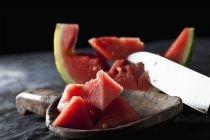 Gros plan de la pastèque en tranches avec le couteau sur la cuillère en bois — Photo de stock