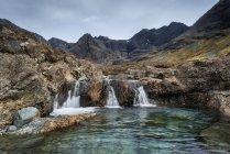 Великобритания, Шотландия, Вид на водопад среди скал возле Черных Куиллинь Хиллз — стоковое фото
