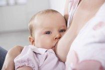 Mutter Stillen ihrer Tochter, Nahaufnahme — Stockfoto