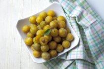 Mirabelles fraîches dans un bol sur la table en bois blanc — Photo de stock