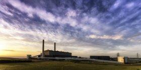 Großbritannien, Schottland, East Lothian, Silhouette eines Cockenzie-Kraftwerks — Stockfoto