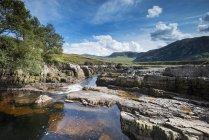 Reino Unido, Escocia, district de Sutherland, Strath Beag río en la Sierra Norte - foto de stock