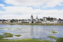 Франції, Блуа, Святий Миколай церкви та Королівського замку з річки Луара — стокове фото