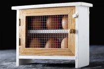 Nahaufnahme brauner Eier in kleiner Aufbewahrung auf dunklem Hintergrund — Stockfoto