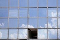 Deutschland, nordrheinwestfalen, glasfassade mit offenem fenster — Stockfoto