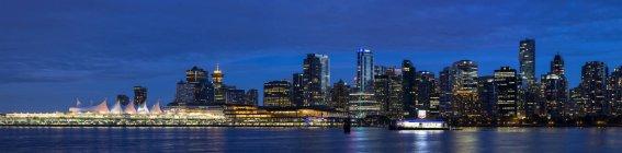 Canada, Columbia Britannica, Vancouver, Vista panoramica sullo skyline della città di notte — Foto stock