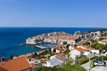 Kroatien, Dubrovnik, Blick auf Altstadt von oben durch das blaue Meer — Stockfoto