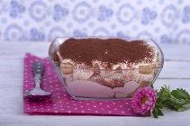 Tiramisu gâteau dans un bol en verre sur une table en bois — Photo de stock