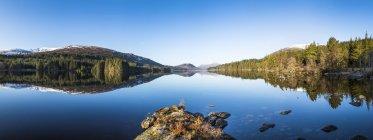 Highlands scozzesi, Lago di tranquillità e riflessa shores — Foto stock