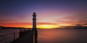 UK, Scotland, Edinburgh, Newhaven Harbour with lighthouse at sunset — Stock Photo