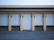 França, Normandia, Deauville, calçadão e casa com toldos — Fotografia de Stock