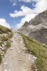 Italia, Alto Adige, Dolomiti, Alta Pusteria, paesaggio montano con percorso trekking — Foto stock