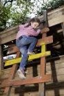 Mädchen auf Stufen am Spielplatz — Stockfoto