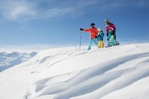Austria, Salzburg Country, Altenmarkt-Zauchensee, Family skiing in mountains — Stock Photo