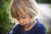 Портрет маленькой девочки, смотрящей вниз — стоковое фото