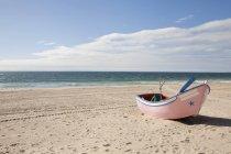Portugal, Lissabon, Blick auf kleine Fischerboote Boot am Strand — Stockfoto