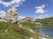 Autriche, Carinthie, Alpes Carniques, lac Wolay avec memorial hut et guerre — Photo de stock