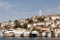 Хорватия, Истрия, Врсар, приходская церковь Святого Мартина выше гавань — стоковое фото