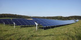Paneles solares de Alemania, Baviera, en pasto contra el cielo - foto de stock