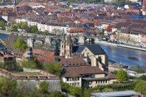 Alemania, Baviera, Wurzburg, vista desde la fortaleza de Marienberg cerca río Main - foto de stock