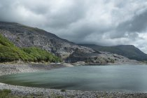 Великобритания, Уэльс, сланцы карьер на озеро Ллин Перис под облаками — стоковое фото