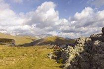 Espanha, Pirinéus, Ordesa y Parque Nacional Monte Perdido, paisagem de montanha com arco-íris no céu — Fotografia de Stock