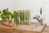 Vorbereitung der grüne tagliatelle — Stockfoto