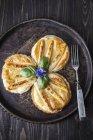 Pasta sfoglia con asparagi arrosti sul piatto guarnito con erba — Foto stock