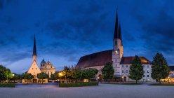 Alemanha, Bavaria, Freguesia de Colegiada ao entardecer — Fotografia de Stock