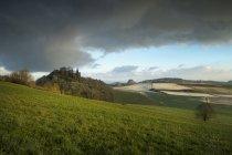 Alemania, Baden-wurttemberg, Hegau, paisaje con Maegdeberg y Hohenkraehen - foto de stock