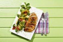 Filetto con insalata di pollo, primi piani — Foto stock