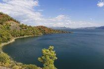 Турция, провинции Мугла, озеро Koeycegiz в дневное время — стоковое фото