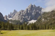 Italia, el Tyrol del sur, Dolomitas, Alta Pusteria, orografía durante el día - foto de stock