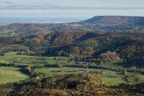 Alemanha, Baden Wuerttemberg, floresta no outono e montanhas — Fotografia de Stock