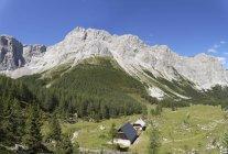 Австрия, Каринтия, Карнийские Альпы, вид на горы и скалы в дневное время — стоковое фото