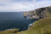 Пейзаж Mizen головы в Ирландии и вид на скалы над водой в дневное время — стоковое фото